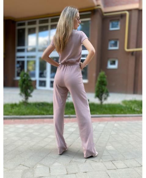 Брючний костюм-двійка в рубчик пудрового кольору